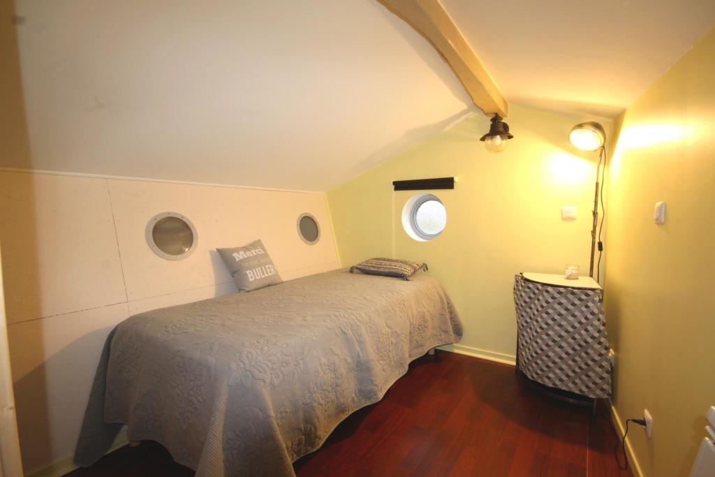 Chambre mansardée en mezzanine : partie de gauche : 1 lit simple