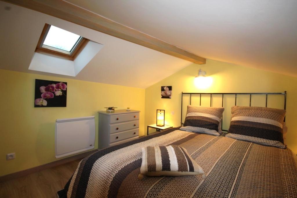 Chambre mansardée en mezzanine : à droite en montant l'escalier : un lit double